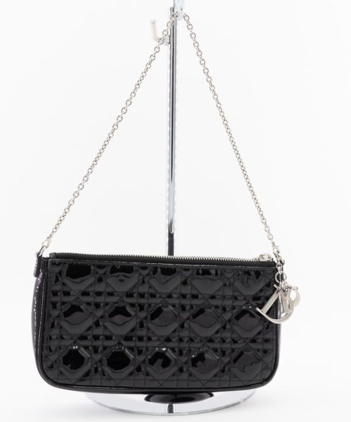 Pochette Dior Lady Dior authentique d'occasion en cuir vernis noir et bijouterie argentée
