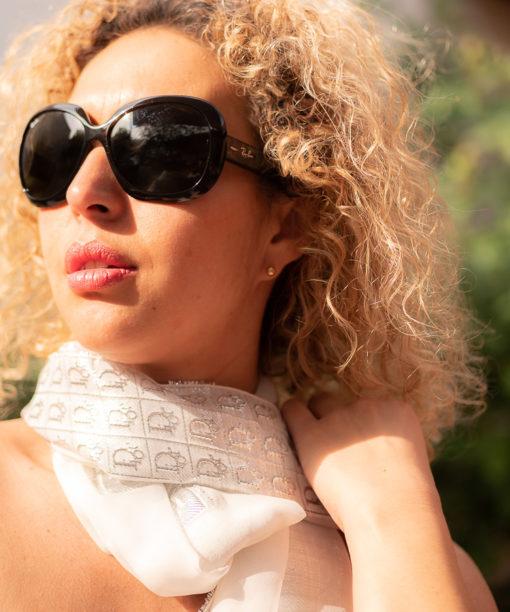 Étole Dior en mousseline de soie avec sigles brodés en fils d'argent